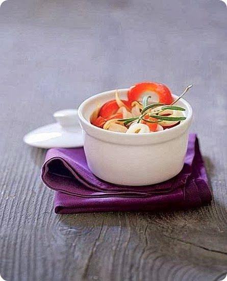 www.sanmarco.org  Anelli di calamaro con peperoni e pomodori Il calamaro ha carni buone, delicate e gustose. Importante è prestare attenzione al tempo e tipo di cottura per evitare che risulti poco tenero. Il calamaro si presta a numerose ricette. Uno dei piatti più classici è la frittura di pesce, in cui il calamaro, tagliato ad anelli, è impanato e fritto insieme ai gamberetti e alla paranza. Ottimi in umido con piselli, i calamari sono spesso farciti e cotti al forno o in