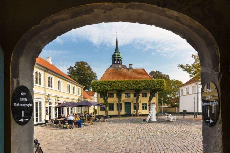En la isla de Ærø se encuentra la villa más pequeña del país, Ærøskøbing (928 habitantes), del siglo XIII. También es, probablemente, el pueblo con más encanto de Dinamarca. Muchas de sus viejas casas con tejado de teja han sido declaradas patrimonio nacional. Como curiosidad, un museo repleto de rarezas viajeras del escultor Hammerichs Hus (arremus.dk).