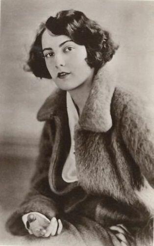 BARBARA BEDFORD est une actrice américaine de la période du cinéma muet, née le 19 juillet 1903 à Prairie du Chien, Wisconsin et morte le 25 octobre 1981 à Jacksonville, Floride. Elle débute au cinéma en 1920 et est la vedette de nombreux films muets. Par la suite, elle continue de jouer dans des seconds rôles et apparait pour la dernière fois dans un film en 1945.  Elle a été mariée à Alan Roscoe, son partenaire dans Le Dernier des Mohicans. Filmographie sur Wikipedia.