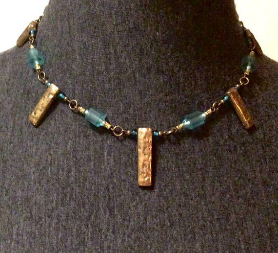 El collar se compone de vidrio, metal y PVC.  Cierre magnético.  Puede ser usado con pendientes #509 ha