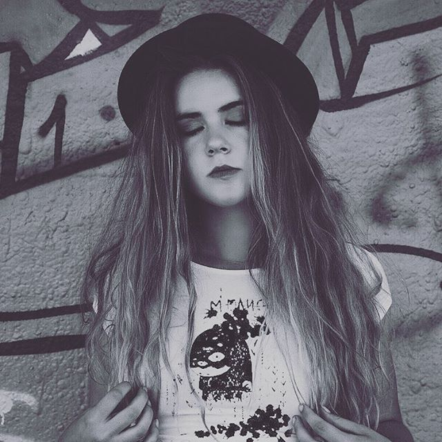 A little vintage, a little hipster and a little urban with Insomnia Nature. #girl #style #vintage #street #urban #blackandwhite #outfit #hipster #graffiti