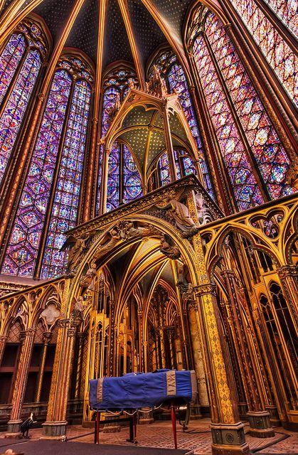 La Sainte Chapelle - Vitraux de la Sainte-Chapelle du Palais  La Sainte-Chapelle du Palais, située à Paris, est un exemple caractéristique de l'architecture gothique. Bâtie au XIIIe siècle sur l'ordre de Louis IX, elle est célèbre pour ses immenses vitraux qui évoquent la Jérusalem céleste.