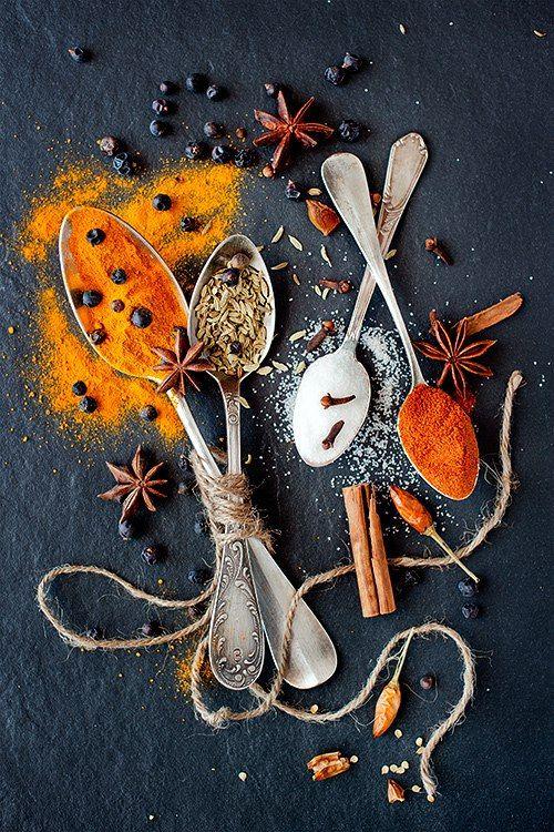 Чтобы Ваше блюдо получилось вкусным и ароматным, нужно знать, какие именно пряности подходят к определенным блюдам:     Для выпечки: гвоздика, корица, бадьян, имбирь, кардамон, душистый перец, апельсиновая цедра, анис, кунжут, мак, ваниль.    Для плова: красный сладкий перец, барбарис (кизил), кумин (зира), куркума (дешёвый заменитель шалфея), кориандр (кинза), чабер, шалфей, лавровый лист, перец чили.    Для рагу: красный перец, имбирь, куркума, кориандр, горчица, кардамон, тмин, черный…
