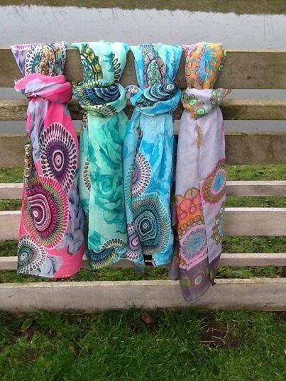 We hebben weer volop nieuwe sjaals in de winkel. Een voorjaarscollectie met nieuwe kleuren, designs en materialen.