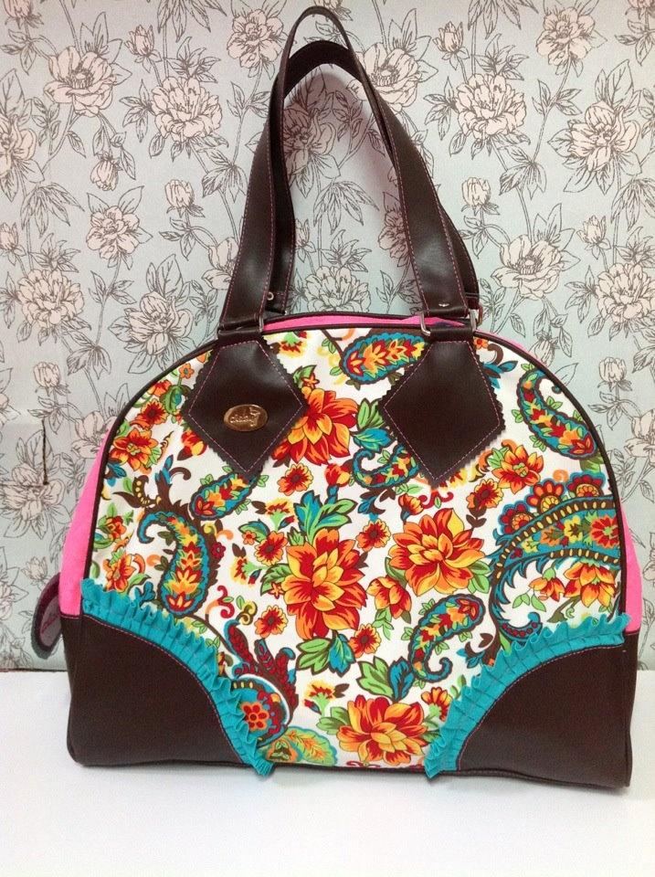 Bolso en colores fuertes, varian los colores de interior del bolso.  http://bolsossyzapatoss.blogspot.com/  http://www.facebook.com/pages/Bolsos-y-Zapatos/327837507315482