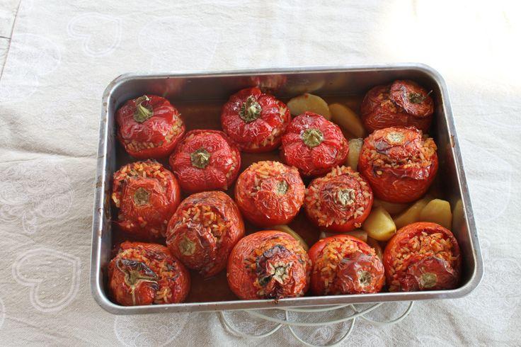 Ci sono dei piatti che sprigionano tutti i sapori dell'estate: un mix di profumi mediterranei di cui non faresti mai a meno. Ecco, i pomodori al riso sono così: un primo della cucina t…