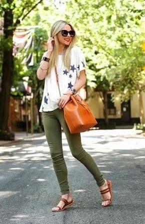 星柄Tシャツとカーキグリーンスキニーパンツとサンダルコーデ