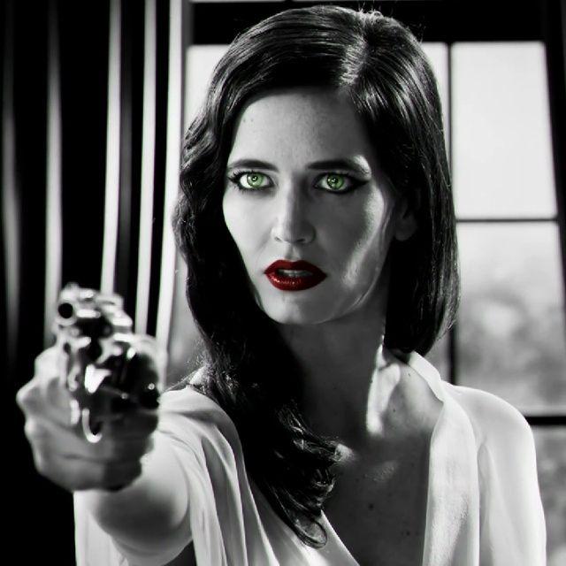 """Dans """"Sin City : j'ai tué pour elle"""", Eva Green incarne une femme fatale qui rend dingues de désir tous les mâles qui croisent son regard enjôleur et sa divine silhouette. Un rôle en or massif pour l'actrice française à qui Hollywood ne refuse rien."""