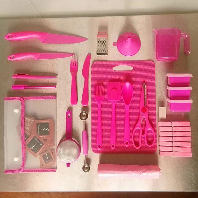 """Tengo una """"Caja de Emergencia"""" para los eventos en la que todo es rosa (así se sabe que es mío 😋) ... Provoca más de una carcajada... Pero de más de un apuro nos ha sacado!  #Menaje #KitchenTools #Tools #pink #PinkTax #LovePink #Kitchen #Cuisine #Cocina #Herramientas #Food #FoodPorn #Chef #Knife #Cuchillo #Fork #Tenedor #Spoon #Cuchara #Cook #Cocinar #WorkingMum #WorkingWoman #Rosa #MeEncantaElRosa #InstaPink #Instagram #EmergencyBox #Box #Caja  Yummery - best recipes. Follow Us…"""