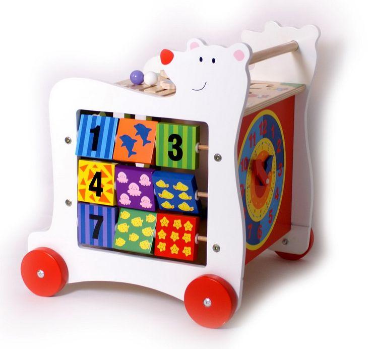 Le chariot de marche est un jouet plébiscité lors de l'apprentissage de la marche. Idéal pour l'évolution motrice et le développement cognitif, c'est un jouet éducatif qui accompagne les étapes successives de la croissance de l'enfant. Les marques de jouets en bois proposent chacune des chariots de marche aux nombreuses possibilités, pour les tout-petits à partir de 10 mois et jusqu'à ce qu'ils aient plus ou moins 3 ans et soient en mesure de se débrouiller tout seul.
