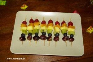 Regenbogen-Party: Bunte Fruchtspieße