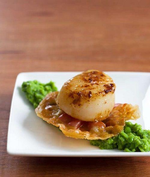 Een van de favoriete recepten van Monique van Loon van Culy.nl staat nu ook in het boek The Culy way of Life: coquilles met doperwtenpuree en pancetta.