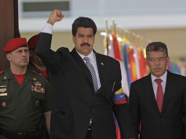 Venezuela prorroga luto nacional por Chávez até sexta-feira | O luto nacional de sete dias que o governo da Venezuela decretou em 5 de janeiro pela morte do presidente Hugo Chávez foi prorrogado até sexta-feira, segundo um decreto publicado nesta quarta-feira pela imprensa oficial. A extensão do luto nacional até as 20h de sexta-feira, envolve a obrigatoriedade de que a bandeira nacional continue a meio mastro…