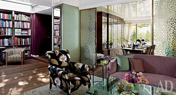 В новом доме Нины Кэмпбелл использовано множество приемов, позволяющих зрительно увеличить пространство. Обилие зеркал — стандартное решение. А вот лакированный потолок, отражающий свет, — ноу-хау хозяйки. Раздвижные перегородки с узорчатым стеклом изготовлены Гийомом Сальбургом.