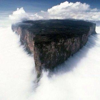 ベネズエラのラピュタとして有名なロライマ山です。世界は規模がでかすぎる! 地球では最古の岩盤です。
