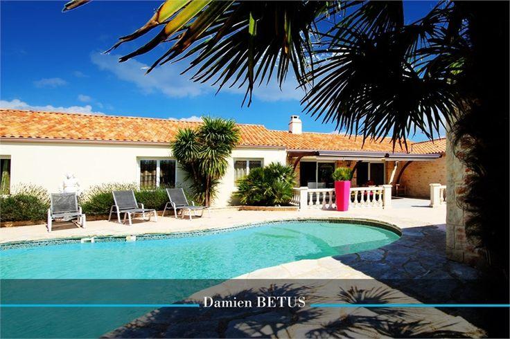 Jolie maison à vendre chez Capifrance à Saint-Gilles-Croix-de-Vie.    > 212 m², 6 pièces dont 5 chambres et un terrain de 2190 m².    Plus d'infos > Damien Betus, conseiller immobilier Capifrance.
