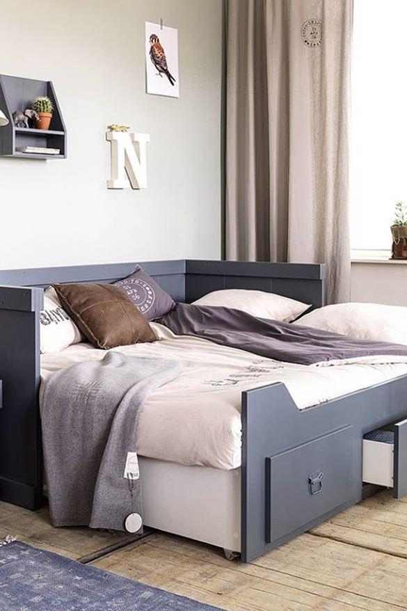 Rondslingerend speelgoed is verleden tijd met dit stoere bed. En het leukste komt nog: je tovert dit bed met wat extra kussens zó om tot een bankje. Dit stoere bed is in alle opzichten een heerlijke rustplek voor jongens en meisjes…en al hun vriendjes.