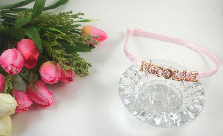 Tiara personalizada com aplicação de letras douradas e strass. <br>Acompanha embalagem para presente! <br>Um mimo especial e diferente!! <br>Cores a escolha!