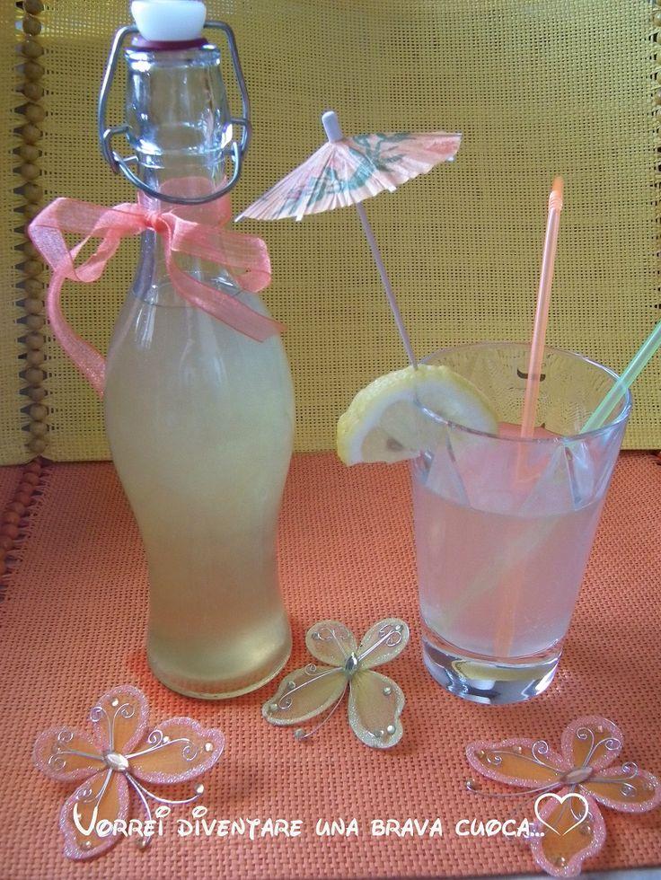 Voglio suggerirvi un semplicissimo sciroppo di limone con il quale potrete preparare dissetanti drink o anche freschissime granite!