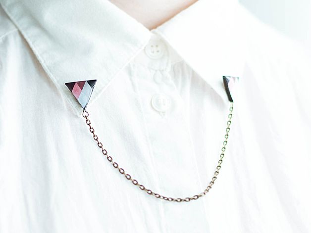 Kragen-Brosche mit Dreiecken, verbunden mit einer Kette // collar brooch with triangles via DaWanda.com