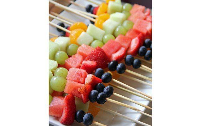 O espetinho de fruta é uma delícia e dá para fazer em casa, mesmo. Se quiser incrementar o doce, derreta um pouco de chocolate ao leite e cubra os espetinhos. Foto: Pinterest/ Kaylynn Pate