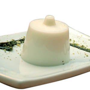 La ricetta del gelo di mandorle, dolce al cucchiaio tipico della pasticceria siciliana a base di latte di mandorle aromatizzato alla cannella e limone.