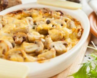 Gratin léger aux champignons et jambon - pour 2 personnes : 8 PP/personne 200 g de champignons émincés 100 g d'oignons émincés 4 tranches de jambon découenné et dégraissé 40 g de farine 20 cl de lait 1/2 écrémé 1 jaune d'oeuf 30 g de gruyère râpé allégé sel, poivre muscade