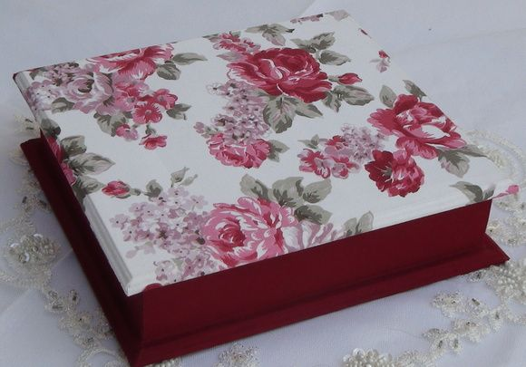 Caixa em mdf forrada com tecido 100% algodão. Peça pintada com tinta pva. Peça envernizada. R$ 70,00