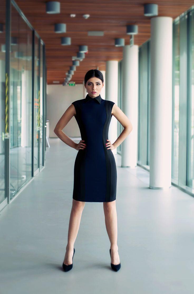 Elegancka sukienka to must have każdej kobiety sukcesu. Klasyczna mała czarna została wzbogacona o granatowy kolor i finezyjny, koszulowy kołnierzyk.