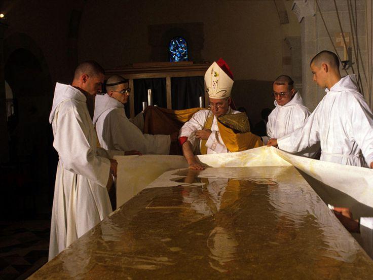 Dédicace de l'abbatiale : la surface de la pierre du maître-autel est ointe avec l'huile du Saint-Chrême.