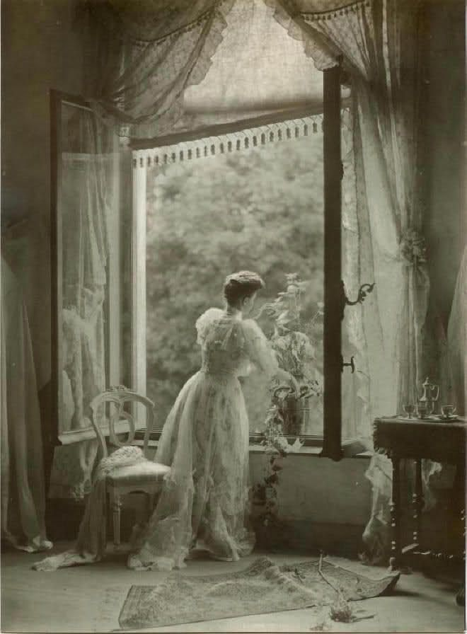 There is such a depth of elegance and almost dreamy beauty in this wonderful Edwardian image (Léonard Misonne, Madame Misonne, ca 1910).