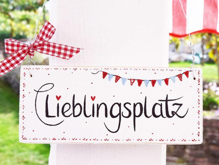 """Holzschild """"Lieblingsplatz"""" – weiß/rot, mit Wimpelkette, im skandinavischen Lan…"""