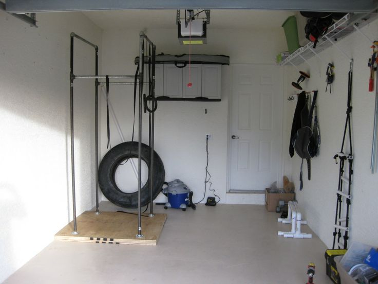 First crossfit garage gym treino militar