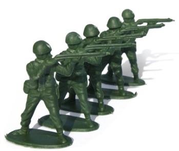 Soldatini di plastica. Li vendevano in grosse buste nelle edicole, nei negozi di giocattoli e sulla spiaggia i venditori ambulanti