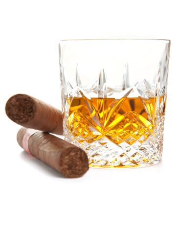 Виски и кубинские сигары на белом фоне