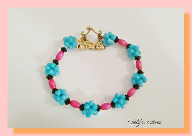 bracelet en perle de rocaille bleu turquoise, perles en bois peint rose fuchsia forme olive et perle en verre toupie : Bracelet par chely-s-creation