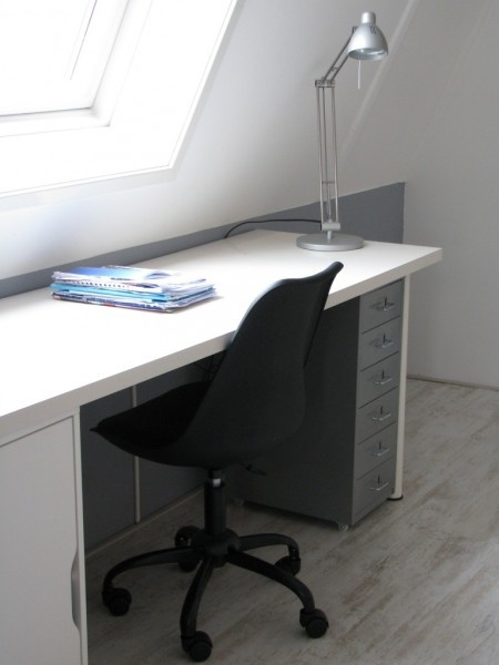 Stoere zolderkamer. White and grey desk with grey walls in this cool boys's bedroom