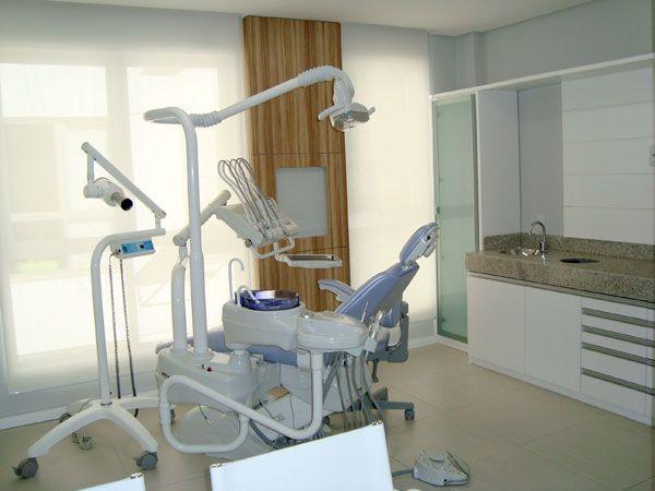 Projeto desenvolvido pelo escritório 501 Arquitetura para um consultório Odontológico  de uma jovem dentista. Todo projeto de interiores foi elaborado em conjunto com a comunicação visual do empreendimento.  O uso da madeira em ambientes deixam mais aconchegantes