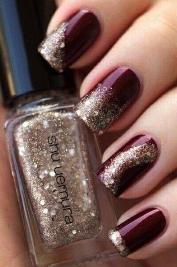 Nail art rosso scuro e oro con glitter