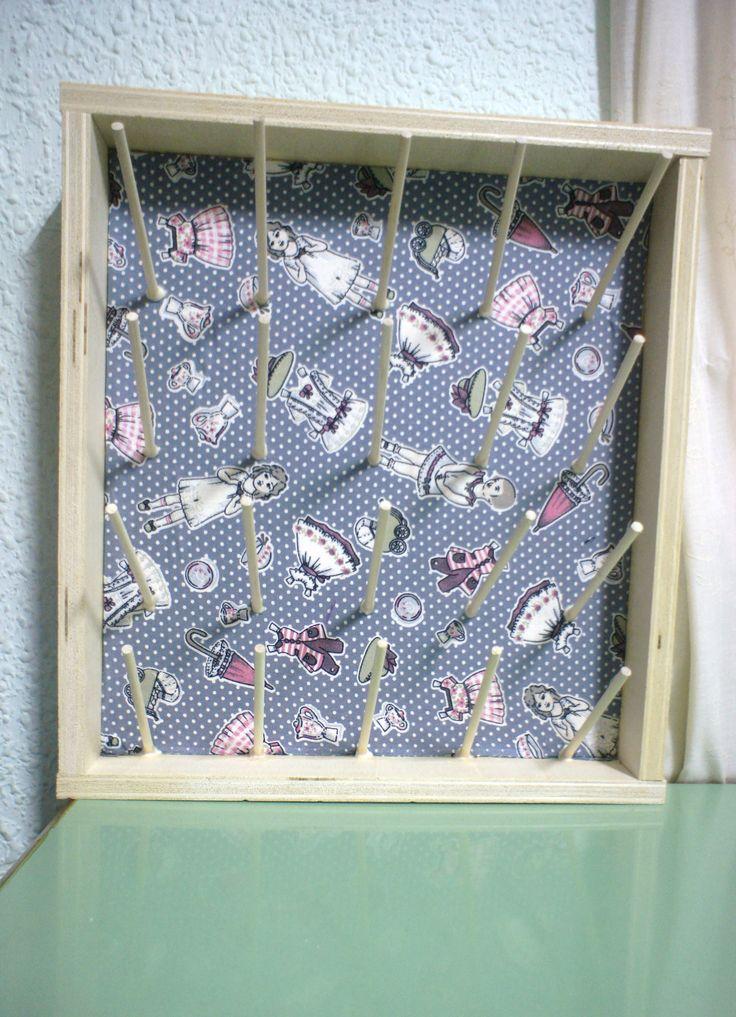 Organizador de carretes de hilos. Madera de contrachapado y varillas de 4mm.  Fondo de tela gris con muñequitas recortarles.