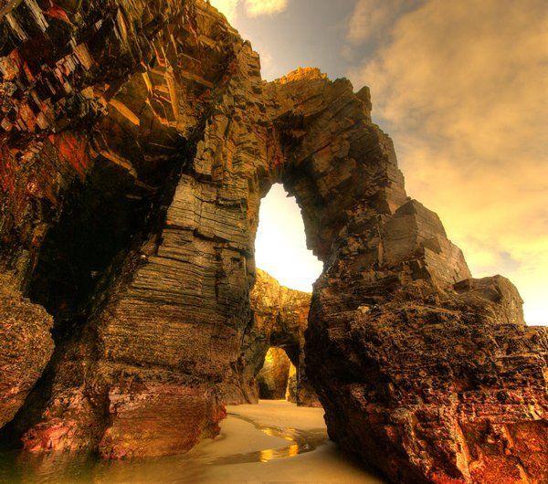 Cuenta la leyenda que entre los enormes pasadizos de una de las rocas de esta playa en Ribadeo, duermen las almas de muchos marineros que fueron seducidos y hechizados por el canto de las sirenas. …