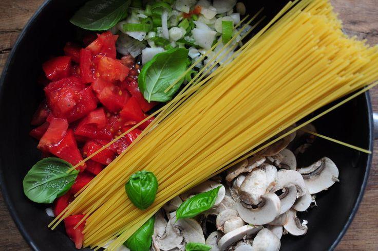 One Pan Pasta - pour 3 personnes : 200 g de spaghettis 150 g de tomate (1 du jardin pour moi, bien pleine et savoureuse :) 2 gousses d'ails 1 oignon jeune 100 g de champignons Huile d'olive Basilic 650 g d'eau Sel et poivre Parmesan