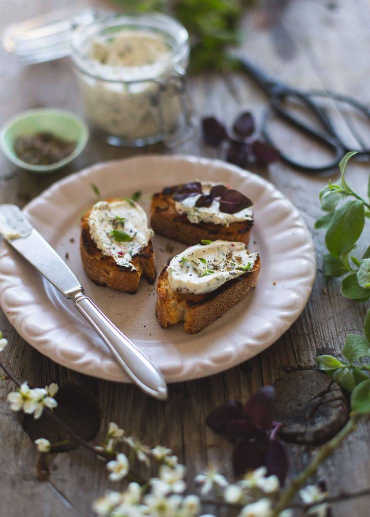 [ Cream cheese med lavendel & örter ] 1 liten burk. 200 g cream cheese / ett knippe färska örter (ex basilika, timjan & rosmarin) / 1 tsk torkad lavendel / zest från ½ citron / 1 tsk rosépeppar / salt & peppar | Hacka örter och lavendel, riv citronskal fint och krossa rosépeppar lätt i handen. Blanda alla ingredienser med cream cheese. Smaka av med salt och peppar.