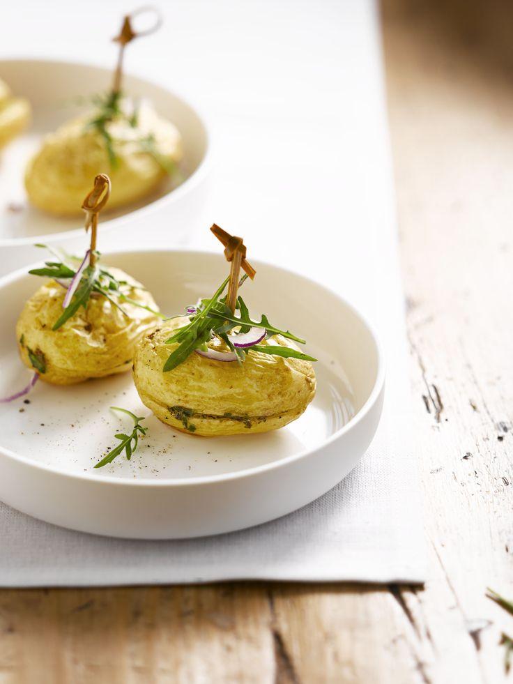 Gevulde aardappelen met boter en verse kruiden