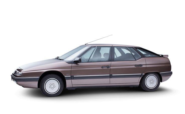 発売1年後の1990年にカーオブザイヤーを受賞したXMは、その先輩モデルCXの後を継ぎました。 ベルトーネによりエレガントにデザインされたそのクルマは革新的なハイドラクティブサスペンションとリアシートとトランクを仕切るガラスの窓を装備。1991年にはステーションワゴンの形になり、その後、1994年にさらにモデルチェンジされました。 2000年にC5、続いて2005年にC6に道を譲ります。
