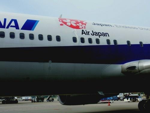 事故があった全日空機。機体外板の左右に縦3メートルほどのゆがみ