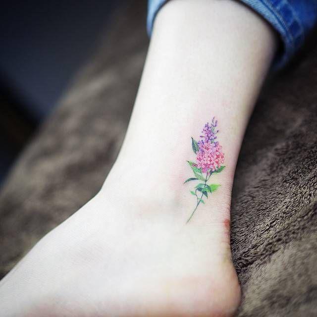 Tatuajes de una lila de estilo acuarela en el tobillo. Artista tatuador: Sol Tattoo