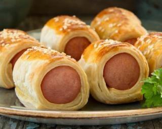 Roulé aux saucisses à la pâte feuilletée allégée pour plateau-télé : http://www.fourchette-et-bikini.fr/recettes/recettes-minceur/roule-aux-saucisses-la-pate-feuilletee-allegee-pour-plateau-tele.html