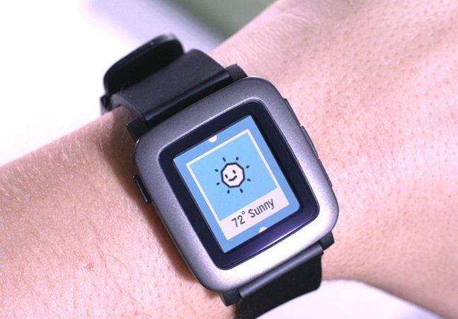 Quando o assunto é smartwatch, provavelmente é o modelo da Apple que vem à mente. Mas tente puxar um pouco na memória... você provavelmente já ouviu falar do Pebble. Simples, eficiente e com um preço mais acessível, o Pebble foi um dos primeiros relógios inteligentes a serem lançados no mercado. Na época, a empresa recorreu ao financiamento coletivo no Kickstarter e conseguiu nada menos que US$ 10 milhões, sendo que o orçamento inicial solicitado era de meros US$ 100 mil. Esta semana, a…