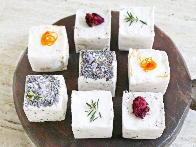 Machen Sie hausgemachte Badebomben ohne Zitronensäure aus Zutaten, die Sie im Supermarkt finden. Sie können alle Arten von Rezepten herstellen.
